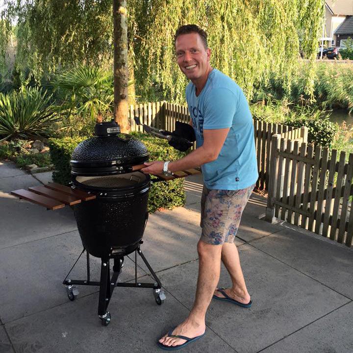 Rob Geus buiten koken